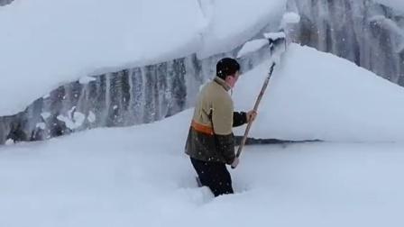 新疆男子清理屋顶积雪瞬间被埋 小舅子:帅哭了