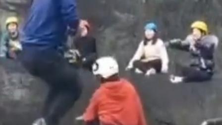 多人22米高空玩丢手绢 场面惊险冷汗直流