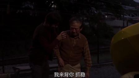 岸边之旅:男子将邮递员背在背上往家走