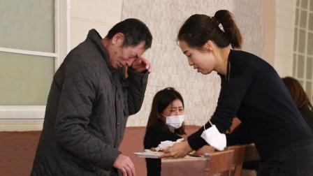 看到老人干吃着馒头骗儿女自己生活得很好,路人瞬间泪崩了