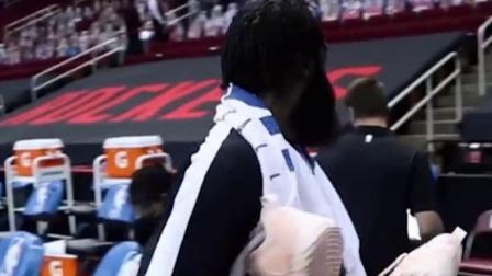 哈登赛后送原味限量色签名球鞋,休斯敦球迷的反应让人泪目了!