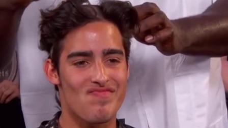 奥尼尔化身托尼老师给路人剪发,剪完后小伙的笑容逐渐消失!