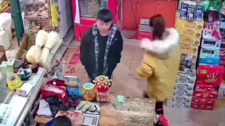 监控拍下老板娘最尴尬的一幕,都怪雪碧先动手的!