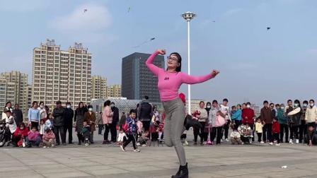 室外广场舞《桃花朵朵开DJ》好多人围观