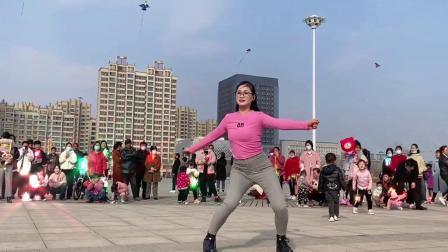 老姐跳舞一群人围观是欣赏呢还是看热闹呢