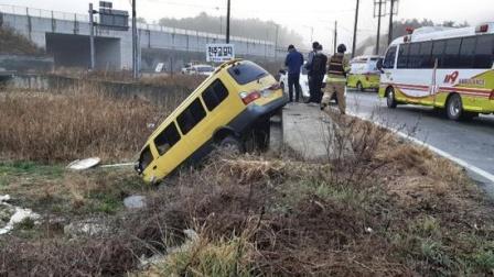 韩国一面包车被撞入农田 8名中国人受伤