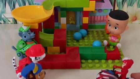 大头玩自己的玩具,大头的玩具少了,原来是乔治佩奇捡走了