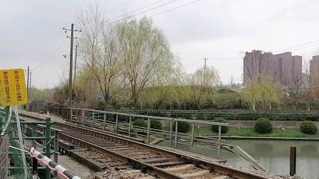 南何铁路三号桥道口东风4B牵引50编组货列通过(蔡卫阳拍摄)