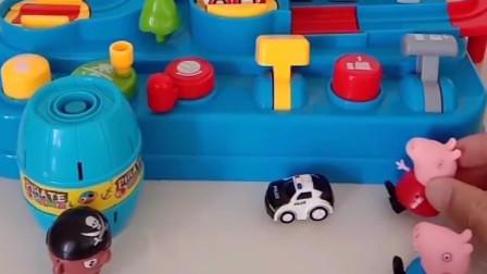 小海盗玩佩奇的玩具,爸爸让他离开,小海盗却不愿意走!