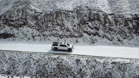 为什么在无人区探险时需要多辆车组队出行?