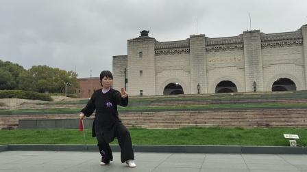 老师体育场打套32式太极剑,漂亮,大气美极了