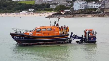 为什么快艇可以从海面爬上沙滩轻松运输到库房?