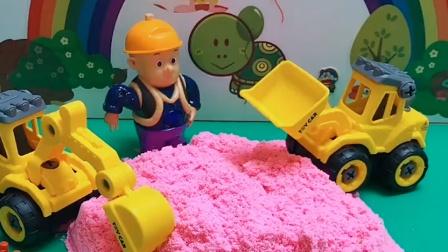乔治和朵朵看见工程车干活,原来是建游乐场,乔治佩奇他们都很开心
