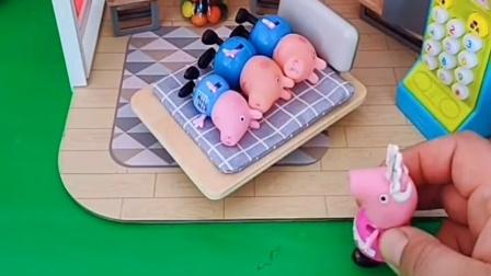 乔治上床睡觉了,猪妈妈看到三个乔治,哪个才是真的乔治呢?