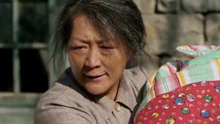 疯女人被捡回家当儿媳,刚生完孩子被婆婆赶出门,农村催泪电影