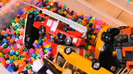 汽车玩具:救护车 跑车 环保车 大卡车 小汽车 叉车 跑车 消防车滑滑道表演