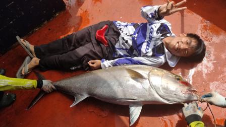 2斤重大鱼饵丢下海里,漫长的等待,船长和钓友合力把鱼钓上来