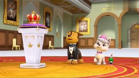 公主把漂亮的皇冠储放起来,防止有人盗窃,狗狗帮忙来看守。