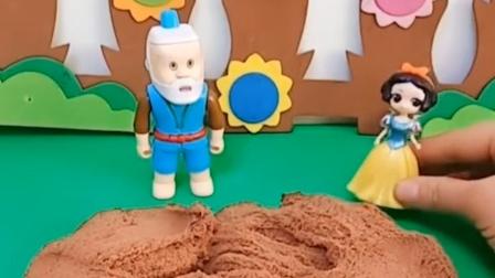 葫芦娃爷爷要用沙子给娃娃们盖个房子,这时白雪跑来求救,被爷爷藏沙子里了