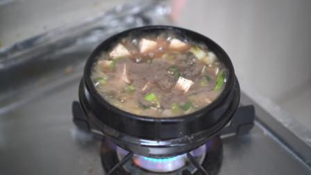 妈妈用冬草、荷花菜准备了石锅拌饭,再搭配上煎鸡蛋,营养又好吃!
