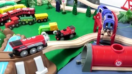 组装托马斯小火车套装玩具,好多辆小火车在行驶