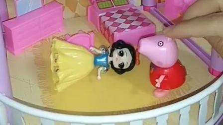 佩奇买了洋娃娃,乔治来找姐姐,看见以为姐姐变美了