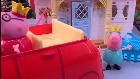 猪爸爸叫猪妈妈去兜风,猪妈妈还没上车,猪爸爸就出发了