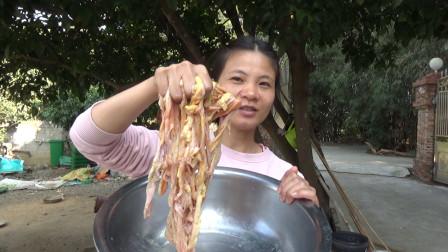 原来鸡肠那样好吃,跟猪大肠一样,第一次见那样做,看着都流口水
