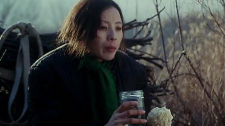 儿子带女朋友回老家,母亲怕吓到儿媳,偷偷躲上山,国产催泪电影