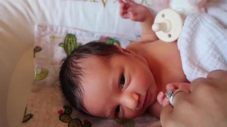 出生不久的宝宝刚睡醒,一脸懒洋洋
