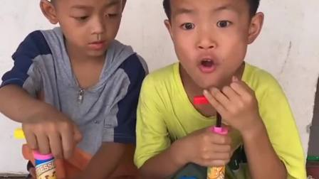 趣事的童年:哥哥和弟弟比赛看谁可以胜利哦