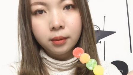 美女小姐姐试吃糖葫芦糖果,各种口味的,喜欢吃吗?