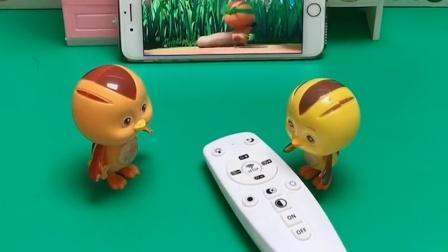 大宇正在看萌鸡小队,麦奇过来要看汪汪队,还弄坏了电视