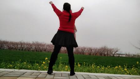 春天美广场舞《我不懂你的沉默》外景