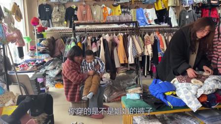 侄子从新疆回来没衣服,辣椒姐带他买衣服,不到200元买3身真便宜