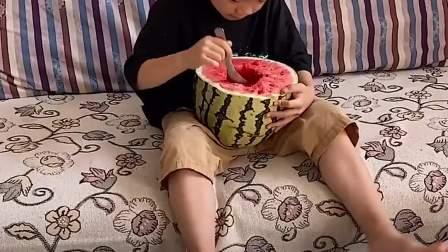 童年趣事:小萌娃自己吃这个大西瓜可以吗