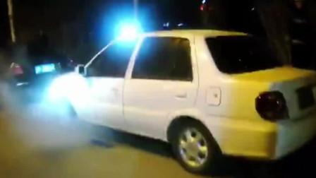 外卖小哥深夜报警称路边轿车冒烟,消防员迅速出动结果闹笑话的