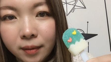 美女小姐姐吃雪糕软糖,好漂亮,你想吃吗?