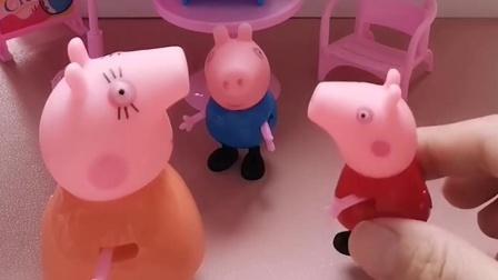 乔治和佩奇都想做小凳子,猪妈妈回来了,他们就把椅子让给了猪妈妈