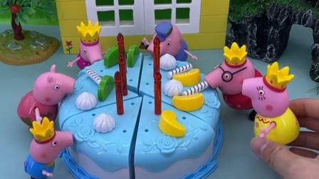 蛋糕还没切呢,小猪就已经吃上了,果然猪都喜欢吃东西