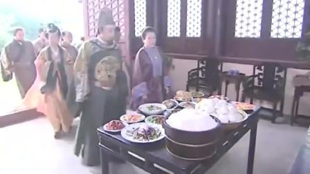 《朱元璋》满桌子大鱼大肉都是贵妃扔掉的剩菜,朱元璋怒了,霸气让她们全吃下!