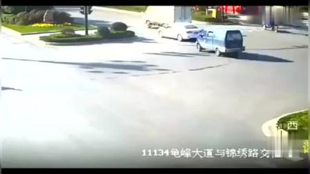 行车记录仪:大货车为救闯红灯的大爷,狂踩刹车,导致侧翻