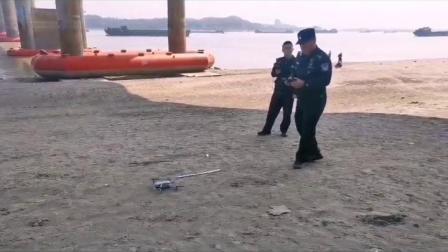 """""""水中大熊猫""""成群嬉戏,民警岸边巡查守护!"""
