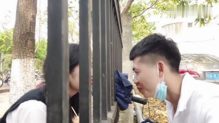 农村小伙去大学看望女朋友,两人在栏杆深情对望,只羡鸳鸯不羡仙