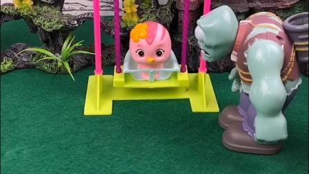 朵朵在玩秋千,巨人僵尸叮嘱她别摔了,豌豆射手以为他欺负小朋友