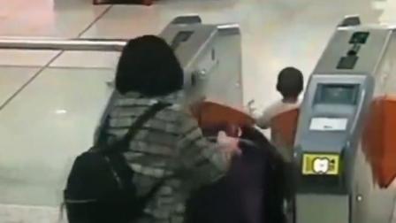 地铁小哥10秒救回误入电梯口萌娃!