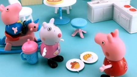 苏西和佩奇在玩过家家,乔治也来加入她们,做了个乖宝宝