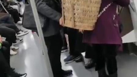 老奶奶背一大筐菜坐轻轨,小伙做法很暖心!