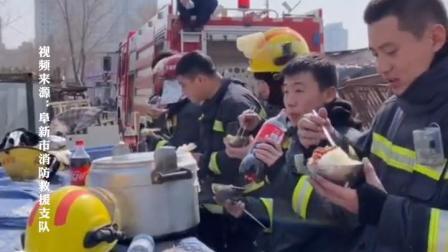 为防止现场复燃,消防员就地吃饭!