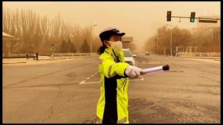 沙尘来袭银川交警依然坚守岗位